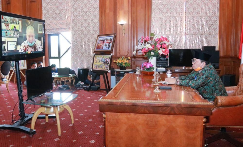 Rapat Online Gubernur Jambi Dr.Drs.H.Fachrori Umar,M.Hum, bersama Bupati dan Wali Kota se Provinsi Jambi dalam upaya penanganan serta pencegahan virus Covid-19 di Provinsi Jambi, Jumat (3/4/20).
