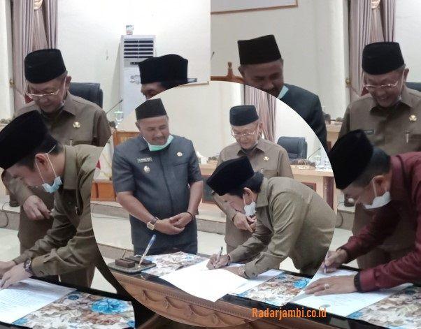 Unsur pimpinan DPRD Sarolangun, Tontawi Jauhari SE, Syahrial Gunawan dan Aang Purnama SE MM  menandatangani berita acara persetujuan Raperda
