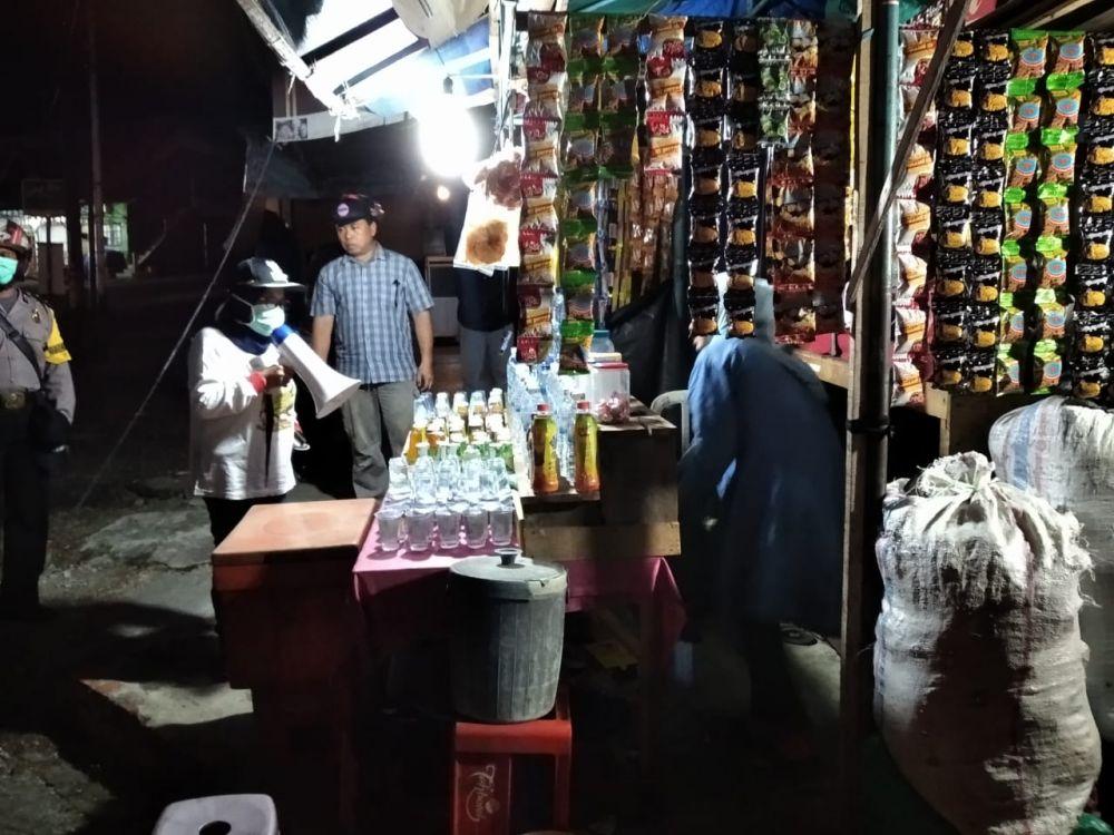 Camat pasar membubarkan pedagang yang masih jualan di atas jam 9 malam