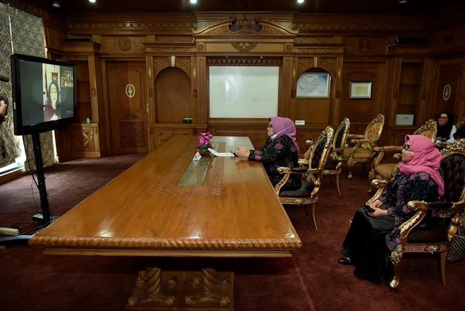 Rahima sat Video Conference (Vicon) Kongres Wanita Indonesia (Kowani) dengan BKOW Seluruh Provinsi se Indonesia, Rabu (29/4) sore. Rahima mengikuti vicon tersebut dari Kantor Gubernur Jambi.