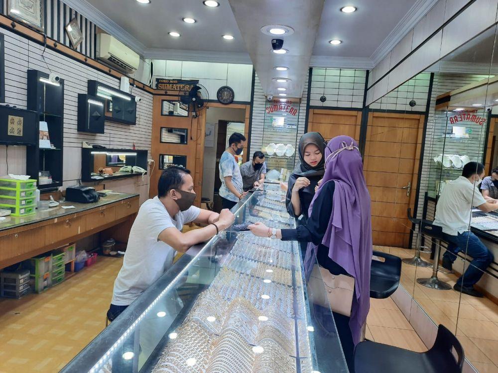 Aktifitas salah satu toko emas di Pasar Jambi.