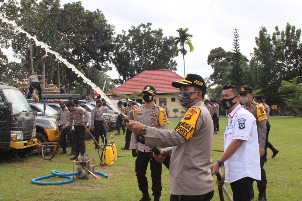 Kapolres Muarojambi  AKBP Ardiyanto mengecek peralatan penanganan Karhutla