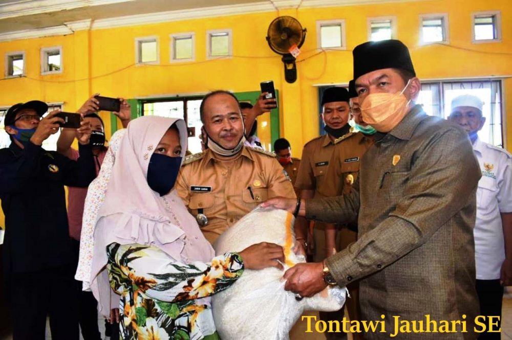 Ketua DPRD Sarolangun, Tontawi Jauhari SE serahkan bantuan beras JPS Tahap II