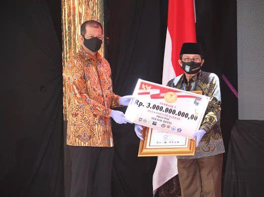 Kepala Badan Nasional Penanggulangan Bancana (BNPB) selaku Ketua Gugus Tugas Percepatan Penanganan Covid-19 Nasional, Letjen TNI Doni Monardo Menyerahkan Penghargaan ke Gubernur Jambi Fachrori Umar.