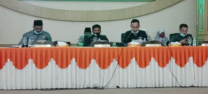Waka DPRD Aang Purnama SE MM memimpin paripurna didampingi Ketua DPRD Tontawi Jauhari SE dan Waka Syahrial Gunawan