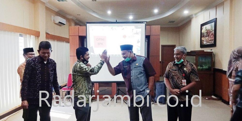 Ekspresi keceriaan Ketua DPRD Sarolangun Tontawi Jauhari dan Wabup H Hillalatil Badri setelah menerima predikat opini WTP atas LHP tentang LKPD tahun 2019 dari BPKP Jambi