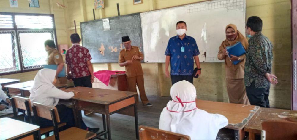 Komisi IV Meninjau salah satu sekolah