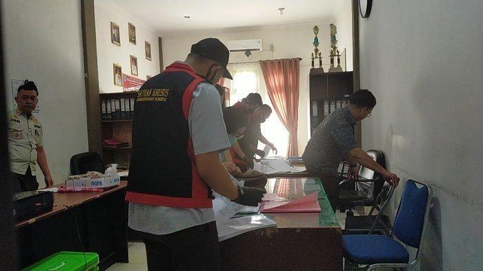 Petugas Kejari Dari pidsus mengeledah beberarapa Riangan di kantor Satpol PP merangin Rabu (29/7).