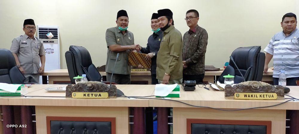 Pimpinan DPRD Sarolangun menyerahkan dokumen pandangan umum 8 fraksi ke Wakil Bupati, Jum'at (07/08), sore