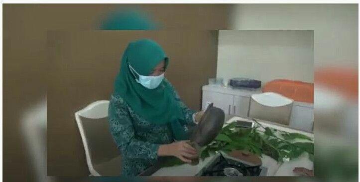 Hesti Haris menunjukan tutorial pembuatan ramun daun sungkai