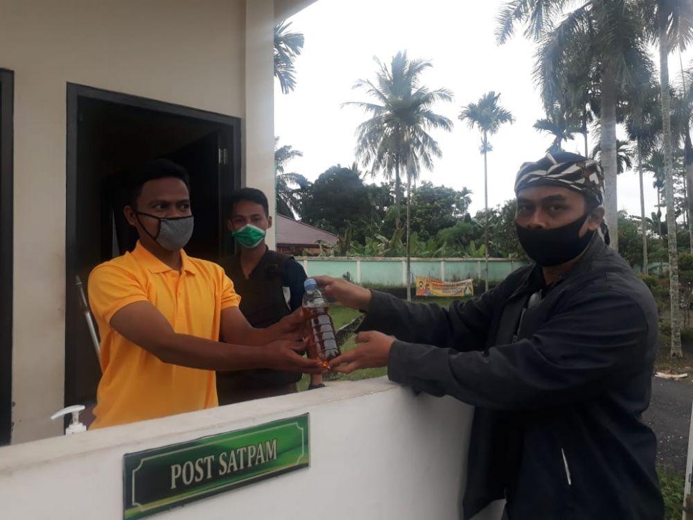 Direktur Media dan Publikasi Haris-Sani, Musri Nauli menyerahkan ramuan daun sungkai