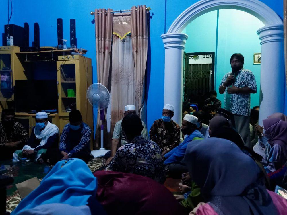 Warga menyampaikan sambutan di hadapan Al Haris