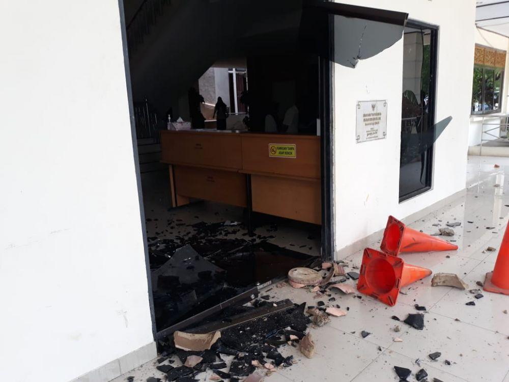 Pecahan kaca kantor dprd Kota Jambi