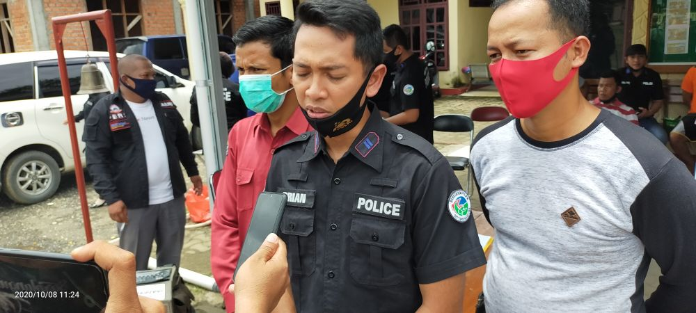 Kasat Narkoba, IPTU Lumbrian Hayudi Putra ketika dimintai keterangan