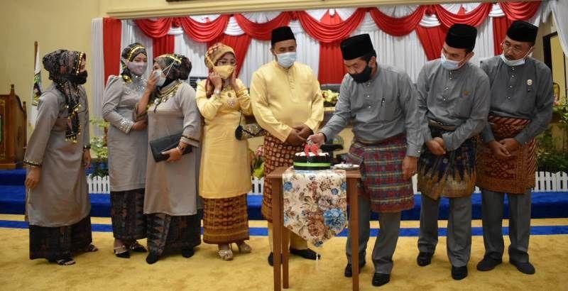 Ketua DPRD menghidupkan lilin di kue ulang tahun