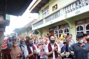 Fikar Azami, Yos Adrino Dikalungi Selendang Batik Saat Blusukan di 5 Luhah Sungaipenuh
