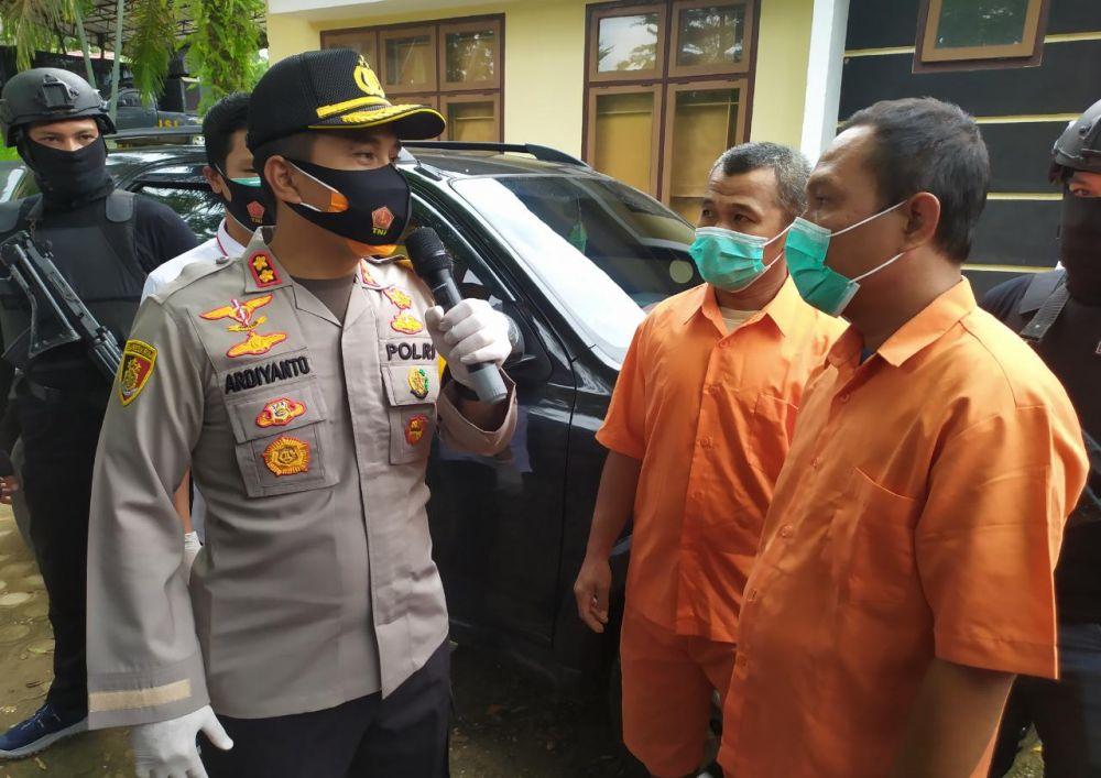 Kapolres Muaro Jambi AKBP Ardiyanto menanyai duo tersangka pengangkut minyak illegal.