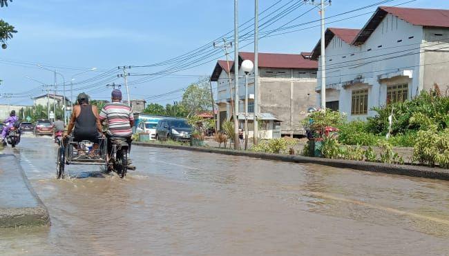 Jalan Lintas Utama Tungkal-Jambi (Parit Gompong) terendam banjir rob