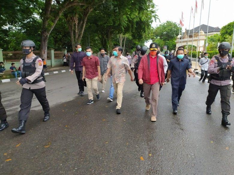 Ketua DPRD Edi Purwanto didampingi Wakil Ketua Rocky Candra dan Anggota Akmaludin berjalan menunju ke Simpang BI menumui Mahasiswa