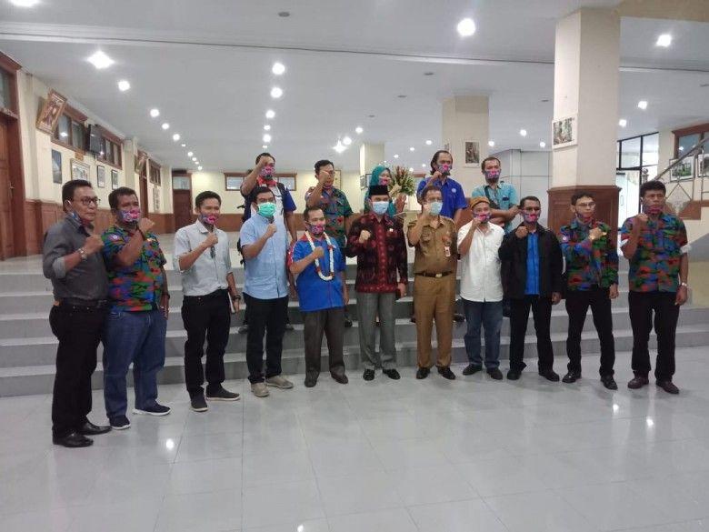 Ketua DPRD Provinsi Jambi bersama perwakilan KSPSI Jambi
