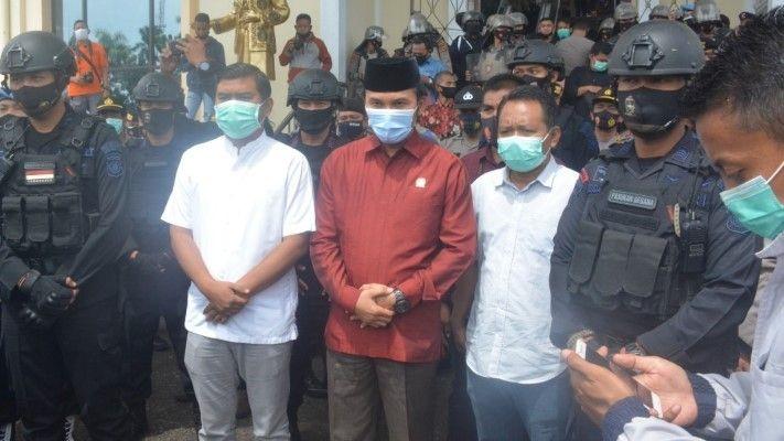 Pimpinan DPRD dan anggota saat menemui massa, Jumat (9/10).