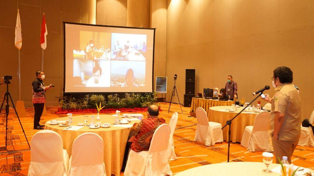 Suasana Forum Group Discussion (FGD) yang dilaksanakan SKK Migas secara  hybrid untuk mensosialisasikan Participating Interest (PI) 10 persen. Acara ini diikuti pemangku kepentingan di wilayah kerja migas Sumbagsel.