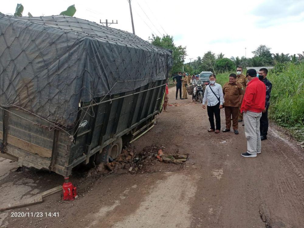 Ketua DPRD Provinsi Jambi, Edi Purwanto, meninjau langsung beberapa titik jalan rusak  beberapa desa di kecamatan Kumpeh Ulu, Kabupaten Muaro Jambi, Senin (23/11/2020).