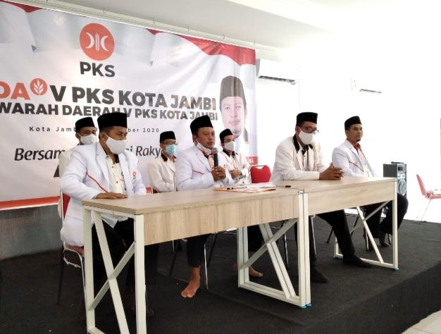 Pengurus PKS memberikan keterangan pada wartawan