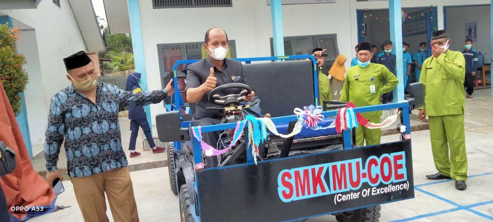 Anggota dewan Robinson sirait menaiki mobil buatan anak SMK Muhammadiyah Bahar