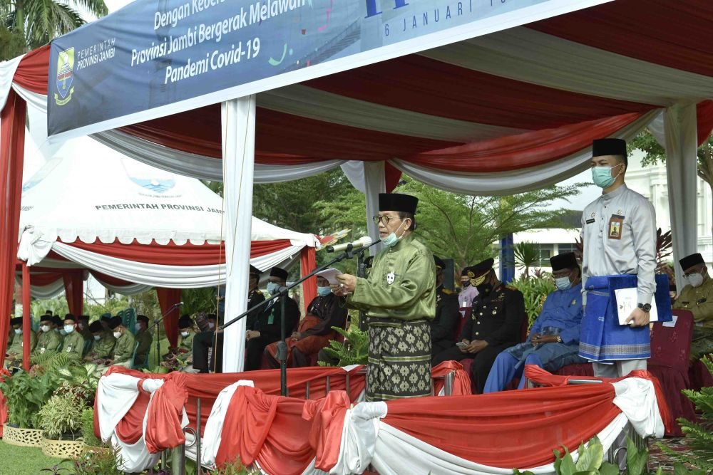 Fachrori Jadi Inspektur Upacara Peringatan Hari Ulang Tahun (HUT) ke-64 Provinsi Jambi Tahun 2021, di Lapangan Depan Kantor Gubernur Jambi, Rabu (06/01/2021) pagi.