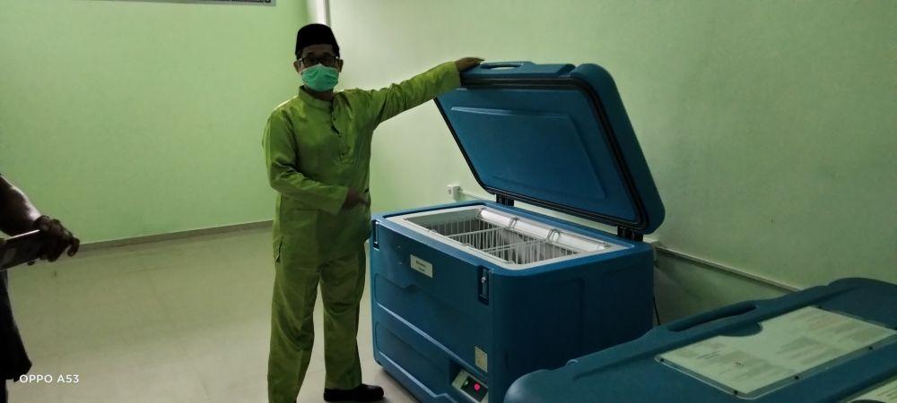 Kabid P2M Afif memperlihatkan tempat untuk penyimpanan vaksin.