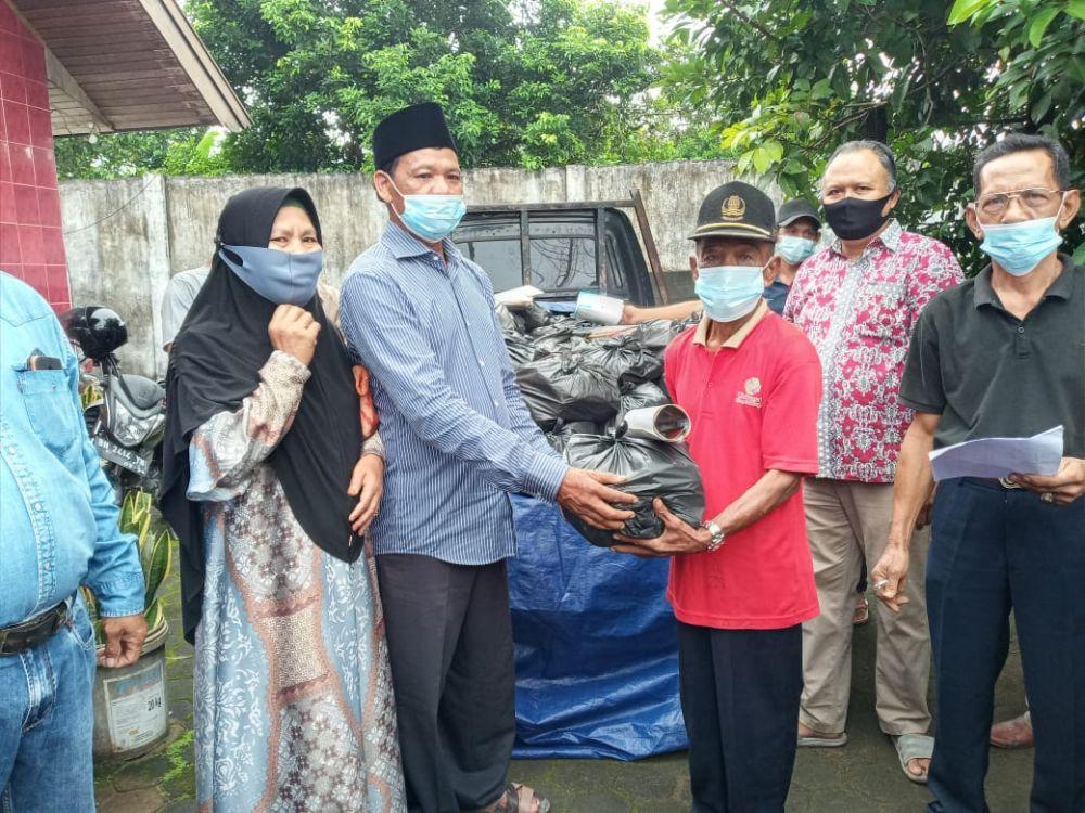 H. Samiun Siregar (Paku Sireger) memberikan bantuan paket sembako kepada masyarakat Kota Jambi, tepatnya di Kelurahan Kenali Besar, Kecamatan Alam Barajo, Rabu (13/1).