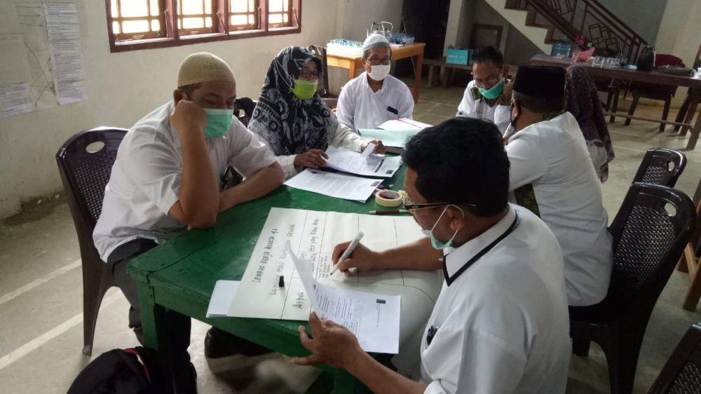 Pelatihan diseminasi Manajemen Berbasis Sekolah (MBS) di gedung serba guna Desa Karang Dadi Rimbo Ilir Tebo.