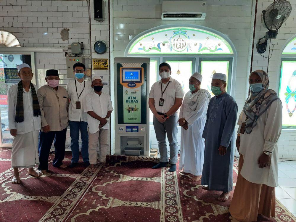Bank Syariah Mandiri (BSM) area Jambi saat meresmikan ATM beras di Masjid Azizi, di jalan Sumantri Brojonegoro (Kebun Jeruk)