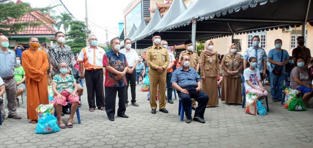 Foto bersama warga tionghua yang menerima bantuan