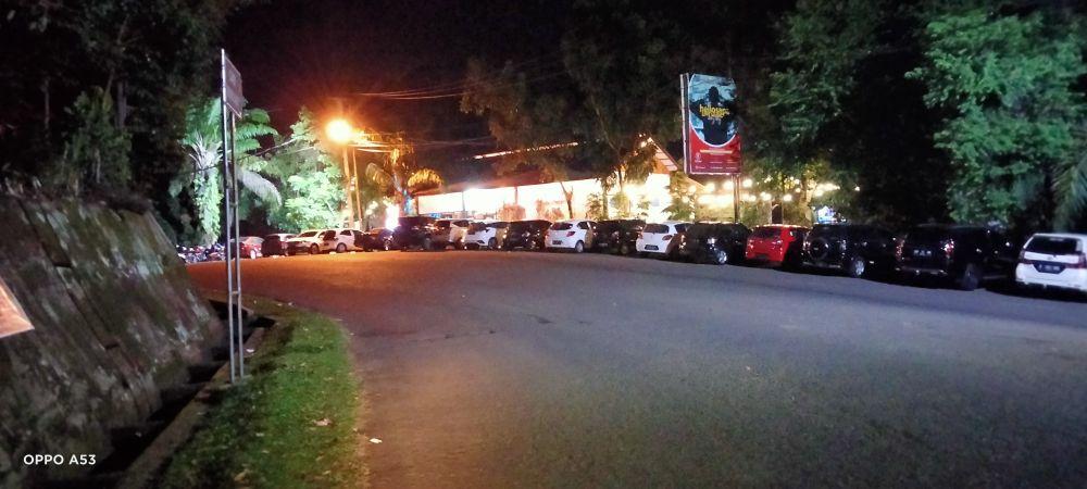 Deretan kendaraan berjejer rapi di cafe hellosapa pada malam hari.