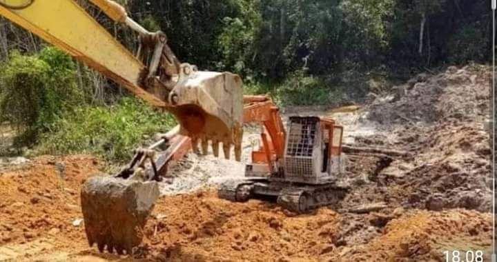 Alat berat yang beropersi di lokasi PETI di Bungo