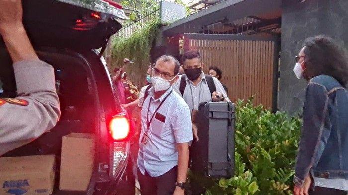 Penyidik KPK Bawa 2 Koper Usai Geledah rumah Ihsan Yunus.