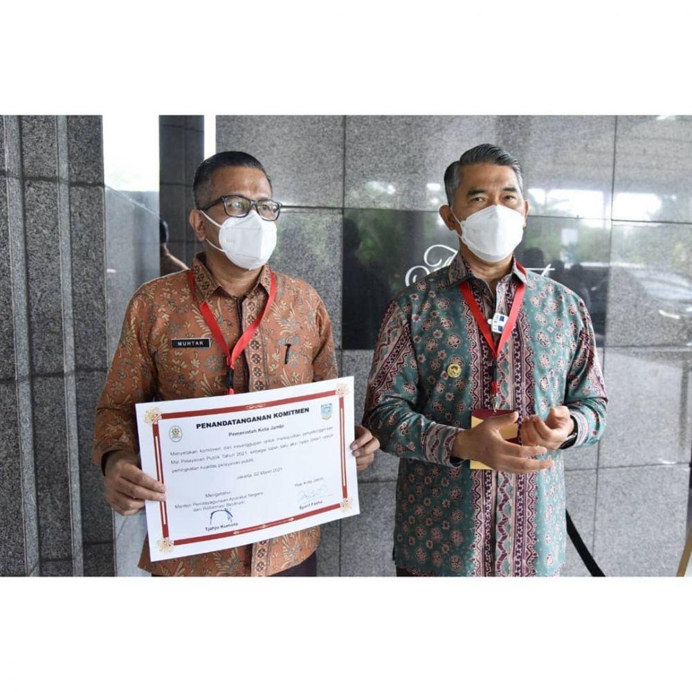 Wali Kota Jambi Dr. H. Syarif Fasha, ME menandatangani komitmen pembangunan Mal Pelayanan Publik (MPP) yang disaksikan Menteri Pendayagunaan Aparatur Negara dan Reformasi Birokrasi (PANRB) Tjahjo Kumolo serta Menteri Hukum dan HAM Yasonna Laoly, bertempat di Fairmont Hotel Jakarta (2/3/2021).
