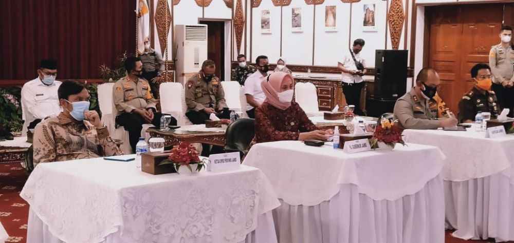 Ketua DPRD Provinsi Jambi, Edi Purwanto turut menghadiri Rakornas bersama Presiden RI Joko Widodo melalui virtual terkait penanggulangan bencana 2021. Kegiatan itu dilangsungkan di Rumah Dinas Gubernur Jambi, Rabu (3/3/2021).