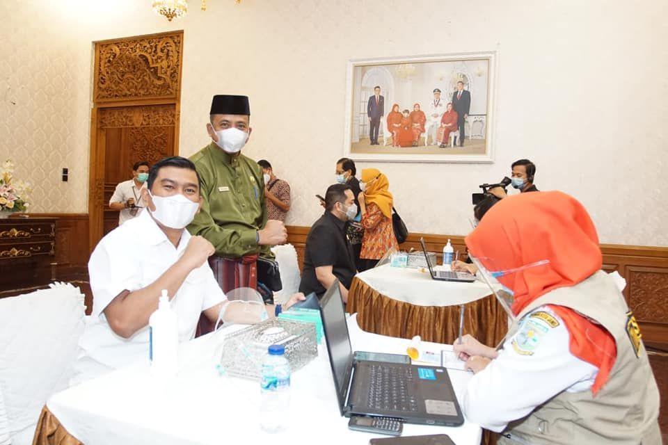 Dua Pimpinan dan satu Anggota DPRD Provinsi Jambi ikut menjalani Vaksinasi COVID-19 di Rumah Dinas Gubernur Jambbi.Kamis (14/1/2021)