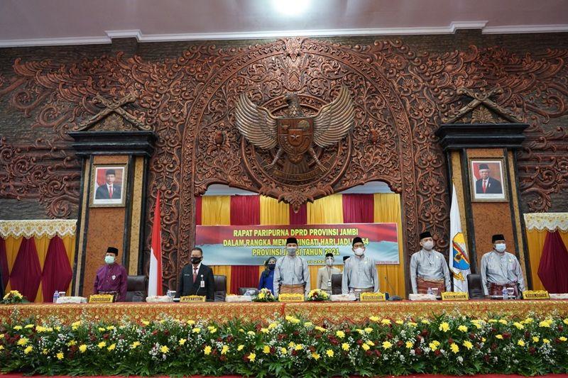 DPRD Provinsi Jambi menggelar sidang paripurna dalam rangka Hari Ulang Tahun (HUT) ke-64 Provinsi Jambi di ruangan utama gedung DPRD Provinsi Jambi, Rabu (6/1).