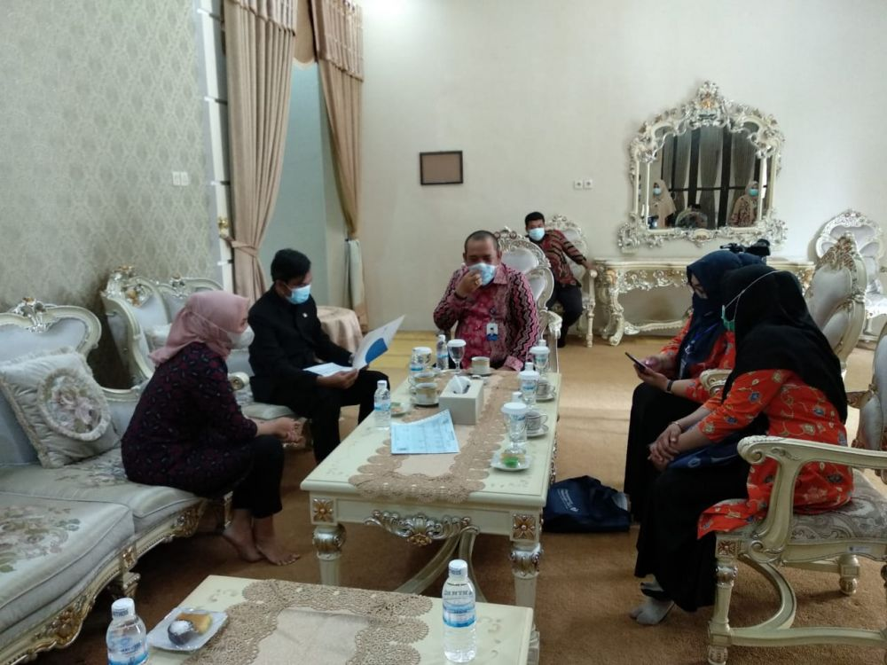 Ketua DPRD Provinsi Jambi Edi Purwanto dan istri didatangi petugas Pendataan Keluarga (PK) dari Badan Kependudukan dan Keluarga Berencana Nasional (BKKBN) Perwakilan Provinsi Jambi di kediaman dinasnya, Kamis (1/4).