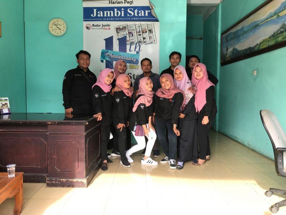 Foto bersama Mahasiswa yang magang di Harian Jambi Stars.