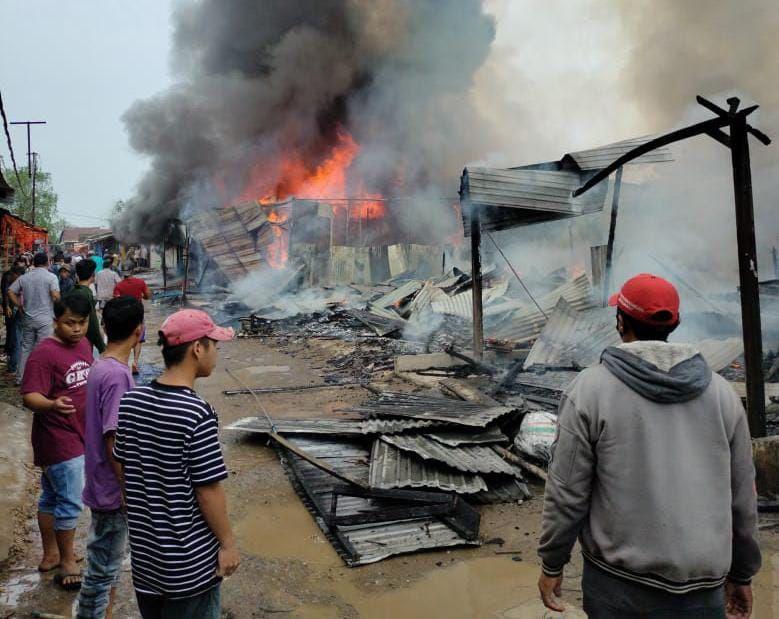 Bangunan rumah dan ruko yang terbakar.