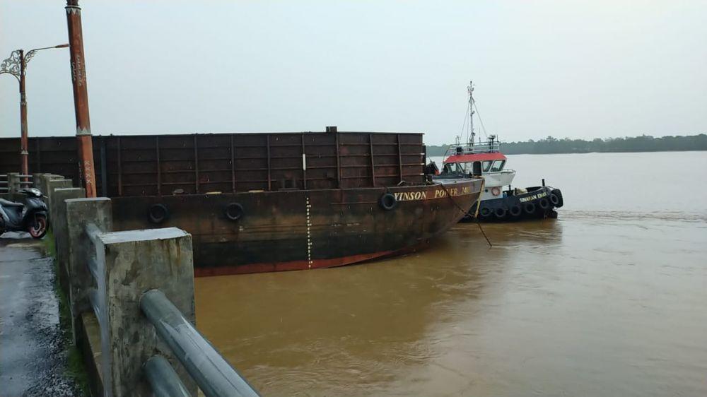 Tongkang yang menabrak jembatan Titian Orang Kayo Rajo