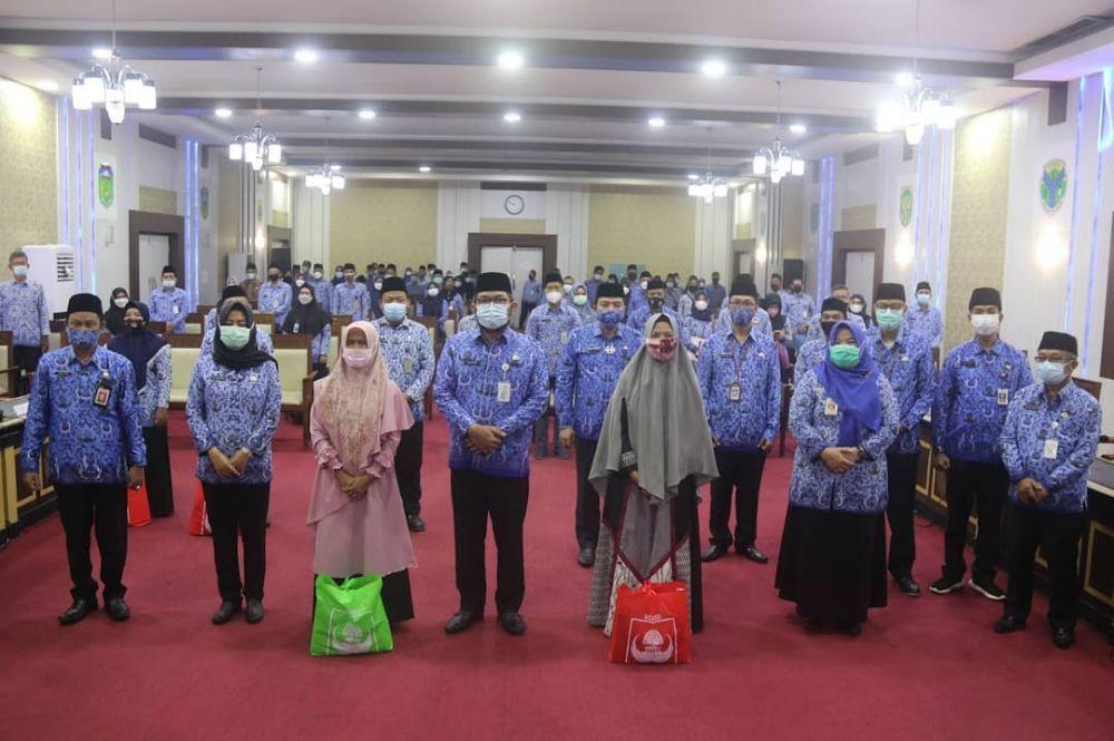 Sekda Provinsi Jambi H. Sudirman, SH.MH memberikan bingkisan Hari Raya Idul Fitri 1442 H, kepada seluruh Pegawai Negeri Sipil (PNS) Golongan I dan II di lingkup Pemerintah Provinsi Jambi