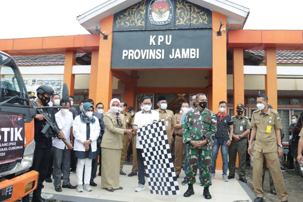Komisi Pemilihan Umum Provinsi Jambi distribusikan logistik pemungutan suara ulang (PSU) Pemilihan Gubernur Jambi 2020 ke lima kabupaten dan kota yang melaksanakan PSU.