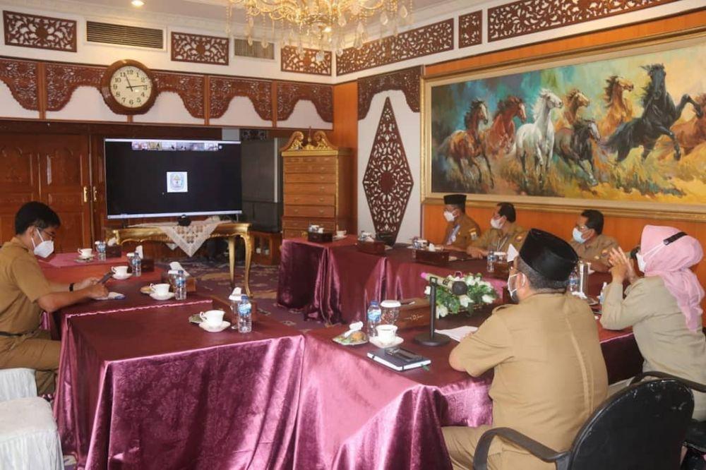 Rapat Pengelolaan Aset eks Arena MTQ bersama Bupati se Provinsi Jambi yang berlangsung virtual dari Rumah Dinas Gubernur Jambi, Selasa (25/5/2021).