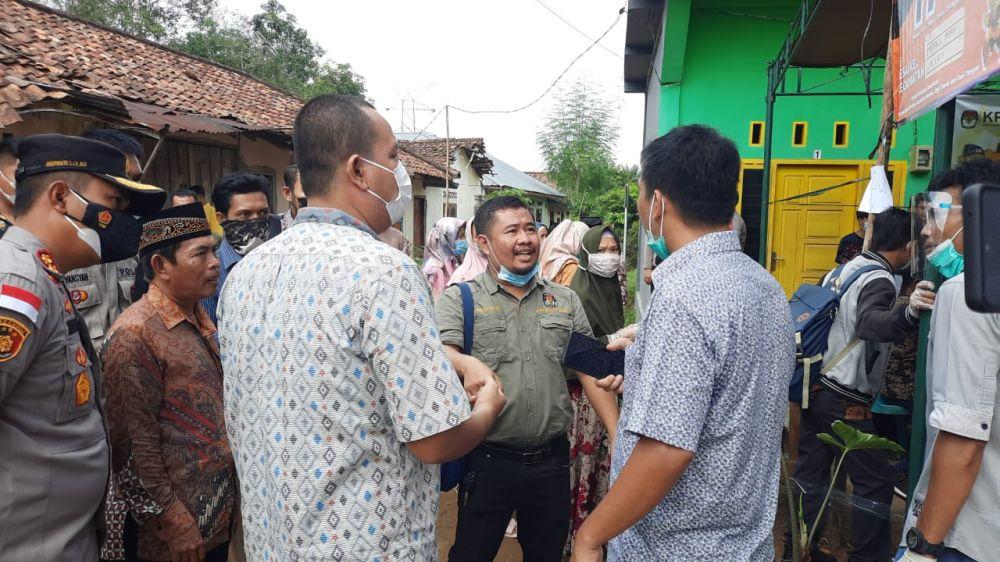 Ketua KPU Muarojambi memberikan penjelasan ke warga